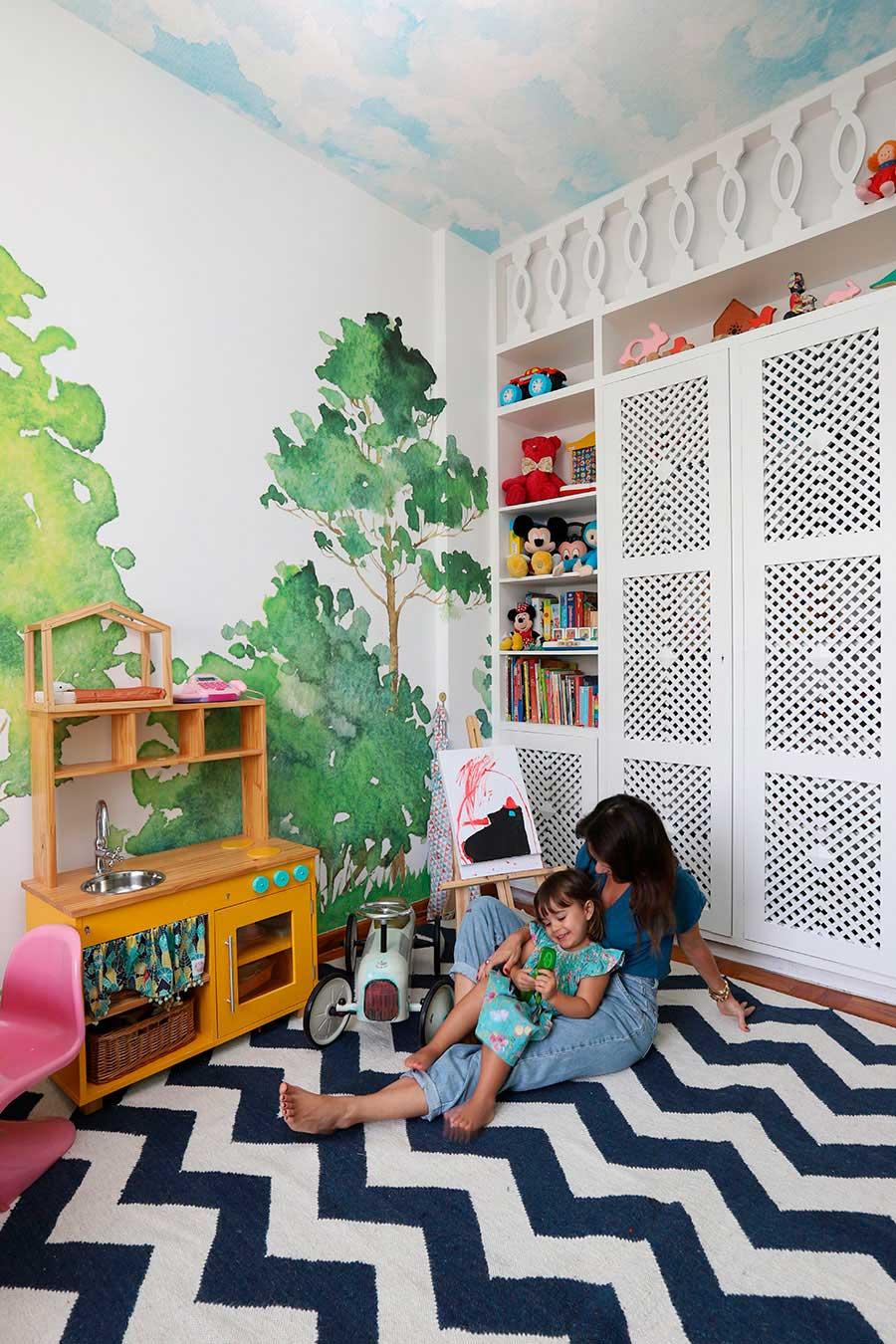 brinquedoteca colorida com papel de parede
